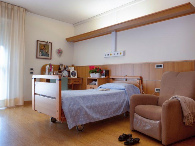 una stanza singola con poltrona